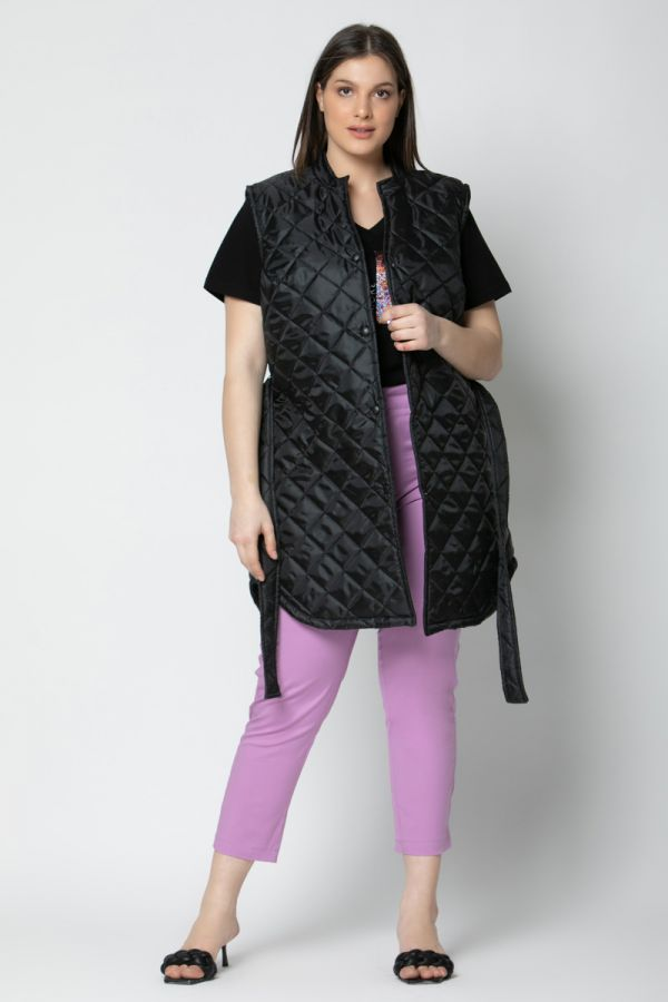 Sleeveless quilted puffer with belt in black colour