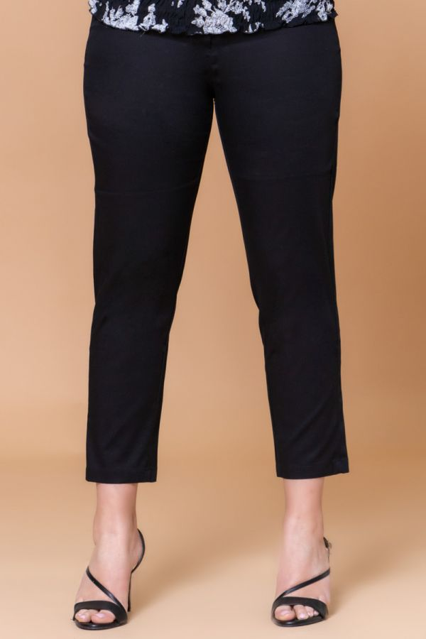 Straight line trousers in black colour