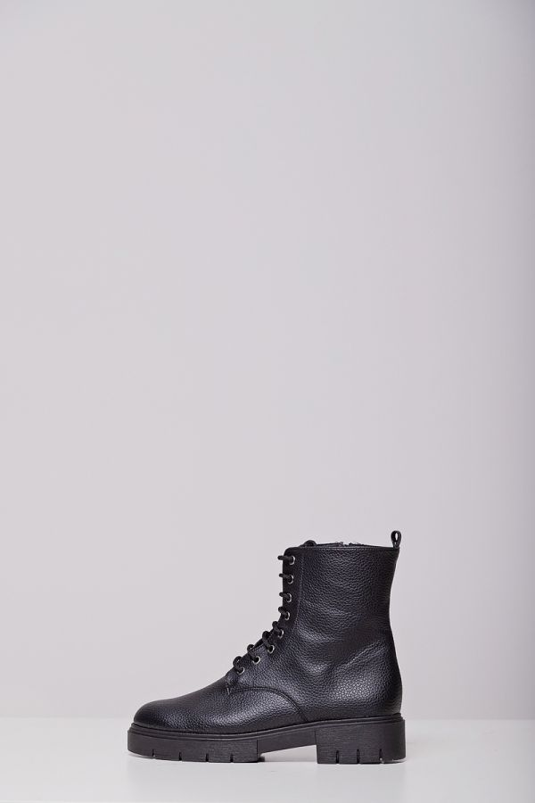 Ankle boots with shoelaces in black colour