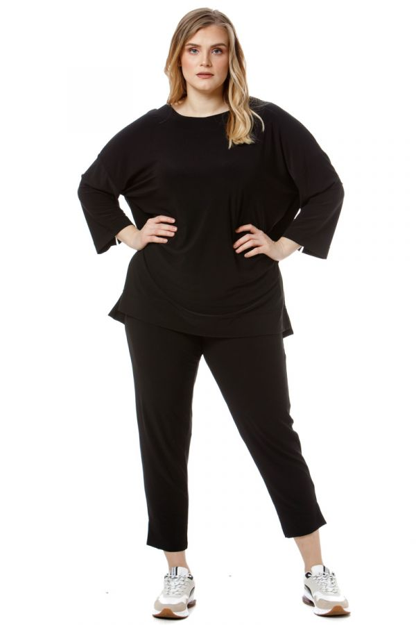 Blouse with 3/4 sleeves and side slits in black colour