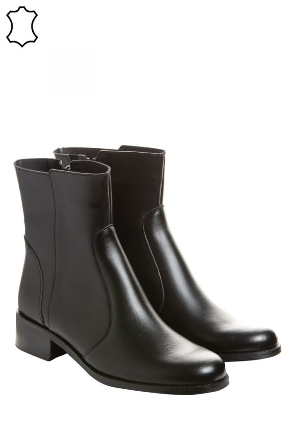 Leather ankle boots in black colour