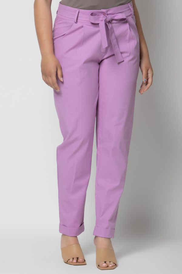 High-waisted belted peg trousers with turn up in lilac colour