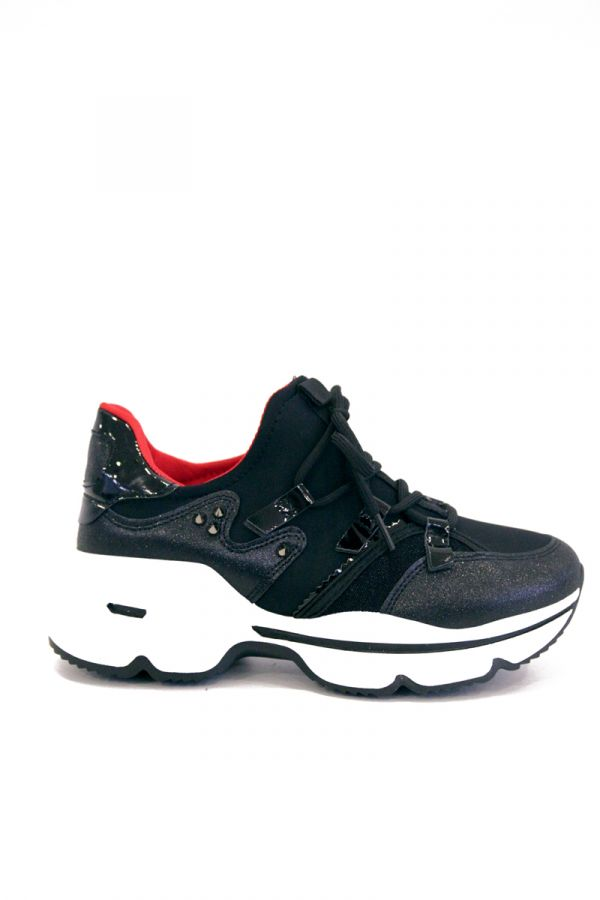 Women's sneakers with faux patend leather in black colour