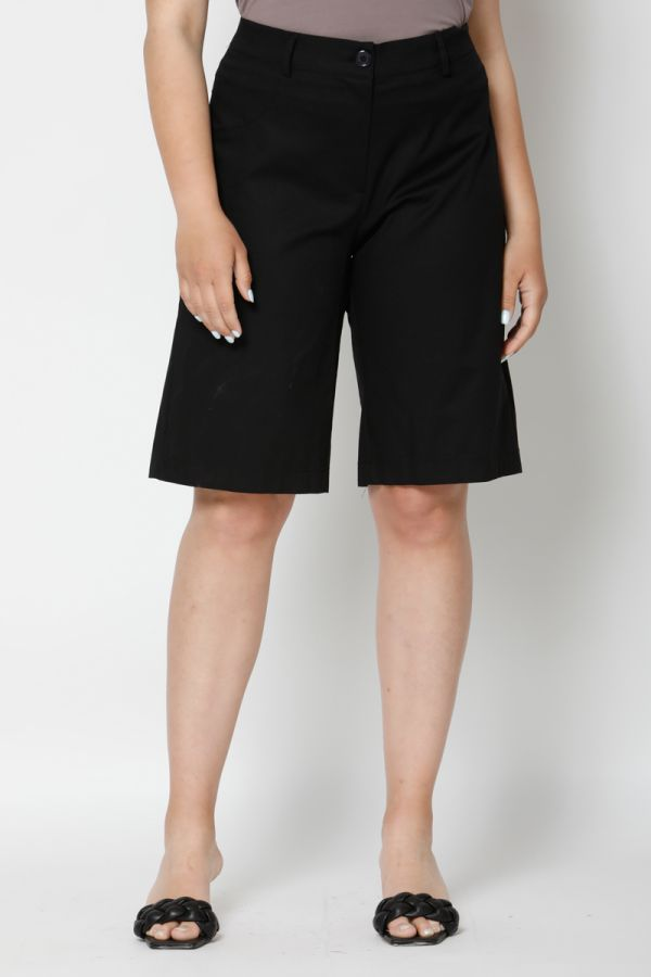 Bermuda shorts with elasticated waistband in black colour